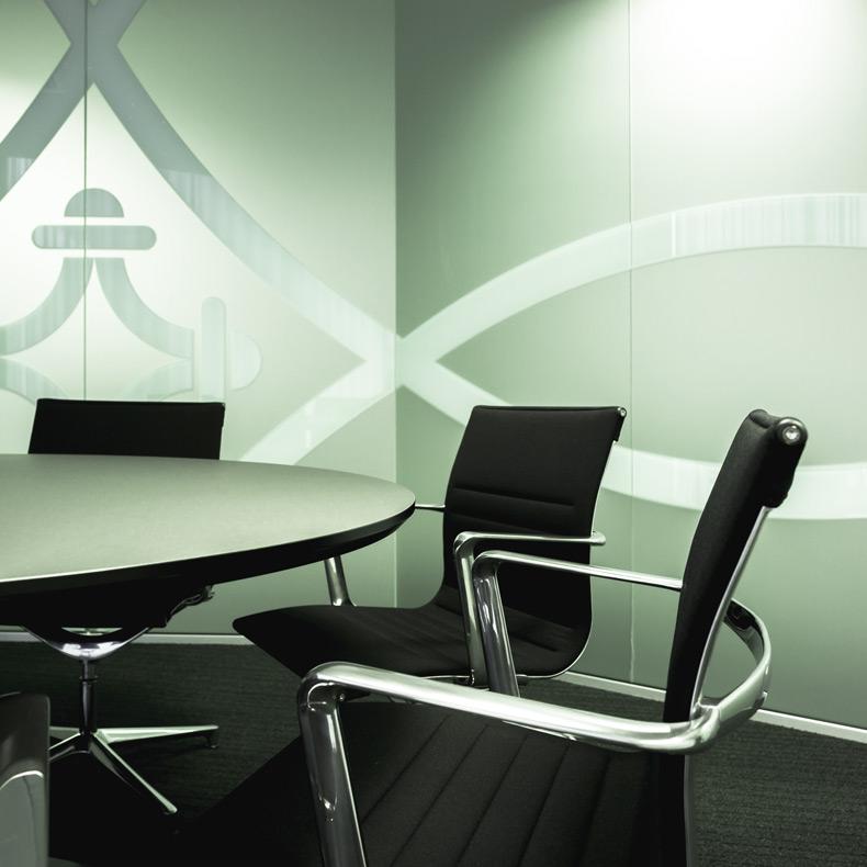 aménagement de bureau et salle de conference avec mobilier vitra