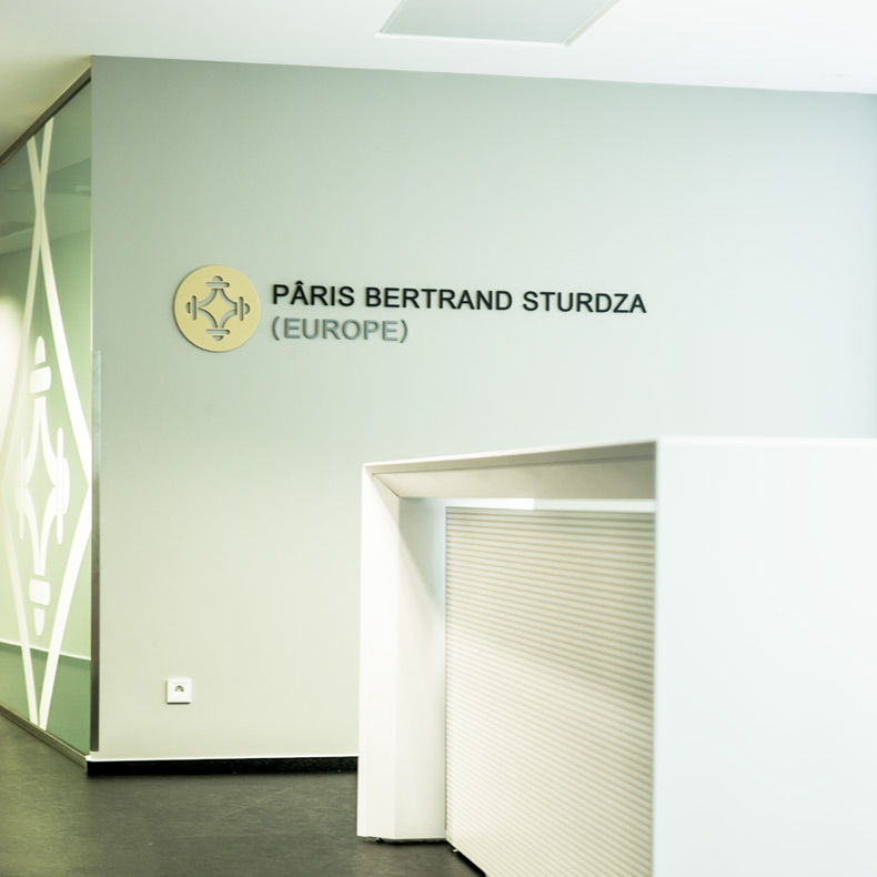 comptoir de réception dans le corporate design - aménagement de bureaux