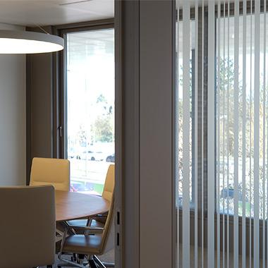 vue sur salle de conférence et détail cloison vitrée