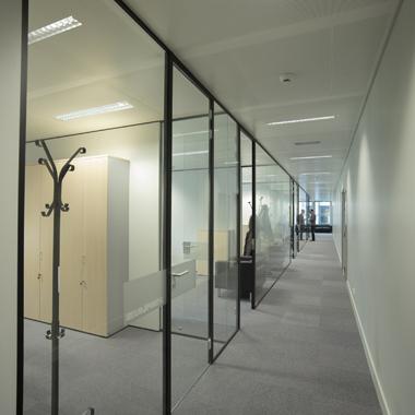 cloisons vitrées dans les couloirs des bureaux Antin