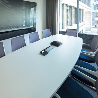 salle de réunion table de conférence chaises mobilier design décoration intérieure