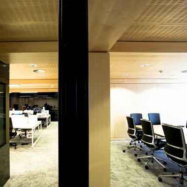 Vue sur les bureaux open space et la salle de réunion
