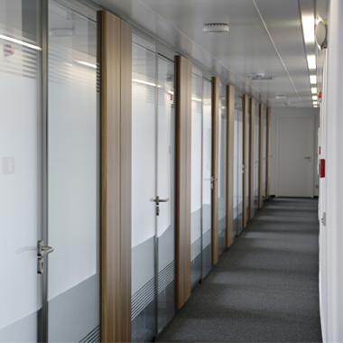 forum royal - vue sur les bureaux et portes, cloisons vitrées